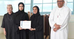 لبنى القاسمي تكرم طالبتين مبدعتين بجامعة زايد