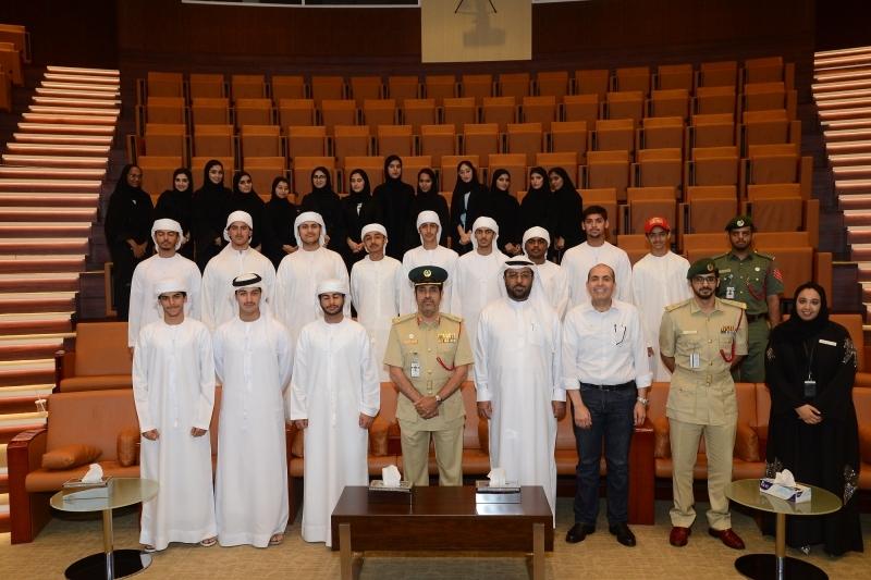 وفد طلابي من «دبي التعليمية» يطلع على «الأدلة الجنائية» في شرطة دبي