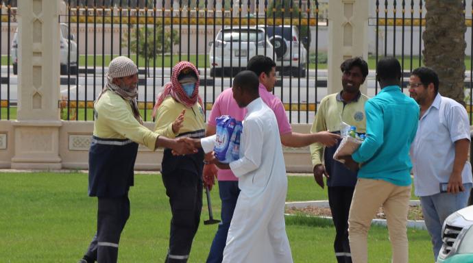 طلبة الجامعة القاسمية يتطوعون في توزيع الماء البارد على العمال